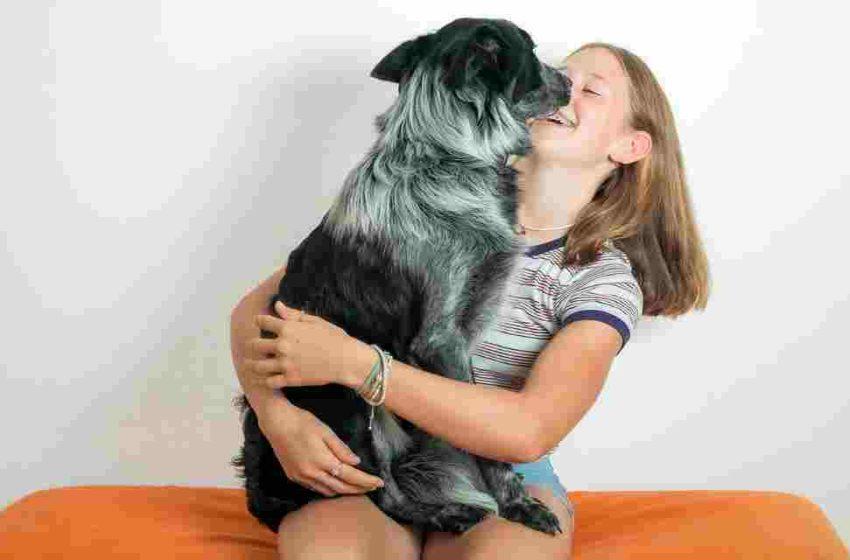 Mascotas y niños felices